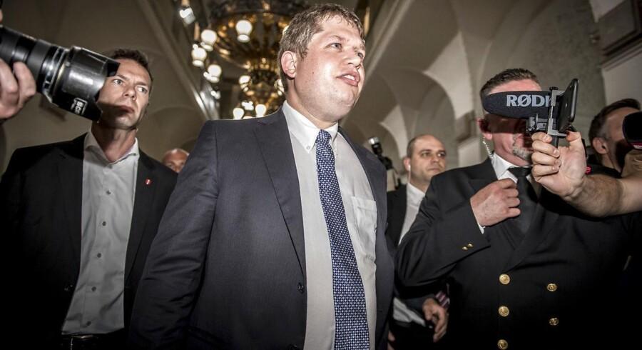 Både Rasmus Paludan og Klaus Riskær Pedersen omgik den vanlige betænkningstid og fik vælgere til at skrive under med det samme, hvilket gav en langt hurtigere og sikkert også mere givtig proces for partierne. Et demokratisk wild west, der ikke er det danske demokrati værdigt.