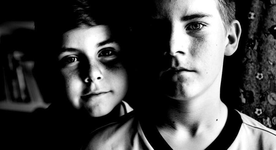 Elias Schlüter (til højre) husker tydeligt den dag, hvor hans mor døde. Både han og lillebror Anton syntes, at det var uhyggeligt at se hende ligge livløs i sengen. Her fortæller de om den sorg, de har følt, efter at de mistede deres mor.