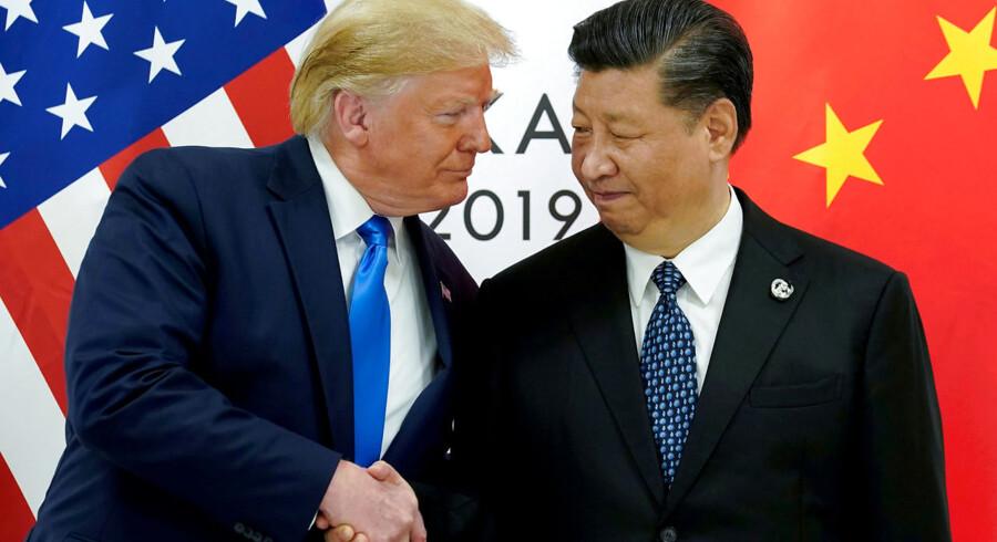 Trump er kendt for sine kritiske indspark på sin Twitter-profil. Senest bad han fire demokrater om at rejse hjem til deres hjemland. Men nu er flere kinesiske diplomater også hoppet med på Twitter-bølgen. På billedet ses den amerikanske præsident Donald Trump og den kinesiske præsident Xi Jinping.