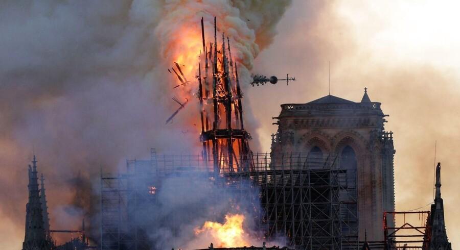 Fotografiet viser det øjeblik, Notre Dames karakteristiske spir styrtede sammen under branden den 15. april 2019.