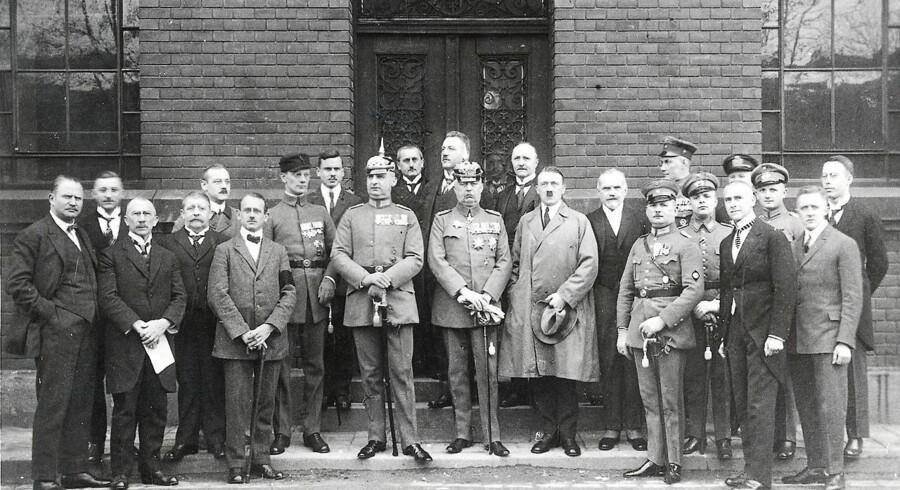 Adolf Hitler og hans venner fotograferet under retssagen mod dem i 1924. Erich Ludendorff står lige til højre for Adolf Hitler.