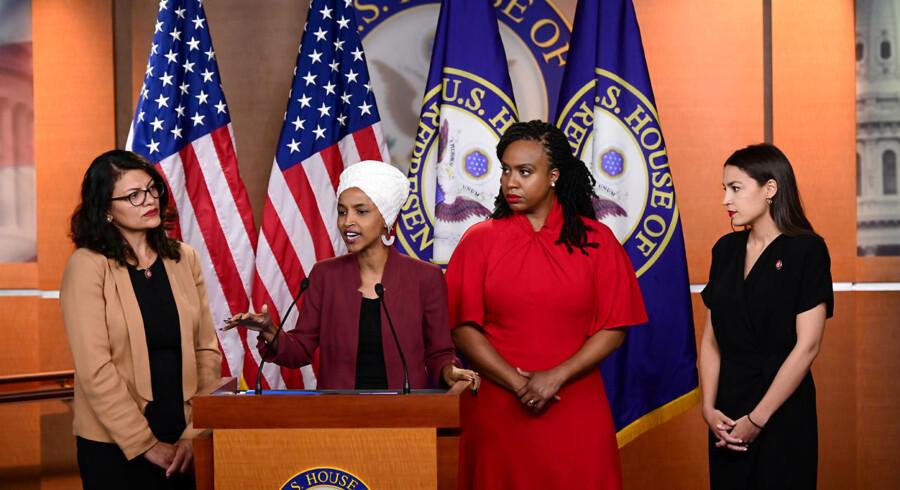 Donald Trump har i en række kontroversielle tweets opfordret de amerikanske kongreskvinder Rashida Tlaib (til venstre) og Ilhan Omar (ved talerstolen), Alexandria Ocasio-Cortez og Ayanna Pressley til at rejse »hjem«, hvor de kommer fra.