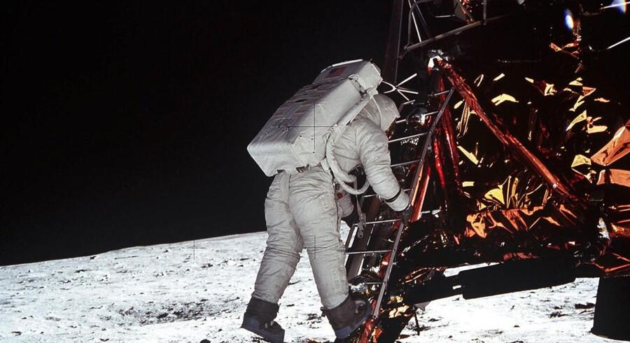 Ca. et kvarter efter Armstrongs pionerskridt er Apollo 11-astronauten Buzz Aldrin godt på vej til at foretage det andet menneskelige »kæmpespring« på Månen. Mange år senere stak Aldrin en konspirationsteoretiker en knytnæve lige i ansigtet, efter at vedkommende vedholdende havde beskyldt ham for at være fuld af løgn om månelandingen.