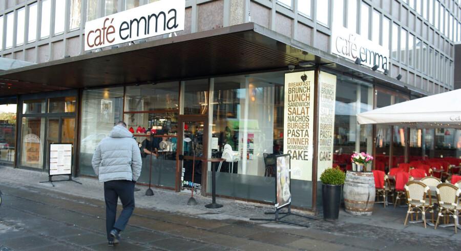 Cafe Emma er én af fire caféer i det tidligere caféimperium, som den nu bedrageridømte Bahram Sari Beliverdi stod i spidsen for, og som er i nye problemer med myndighederne.