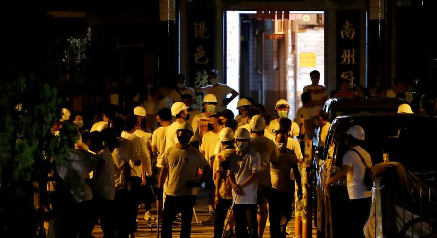 Det hvidklædte tæskehold bankede løs på togpassagererne med store stave. Angrebet fandt sted på Yuen Long metrostation i Hongkong og resulterede i, at 45 personer blev indlagt.