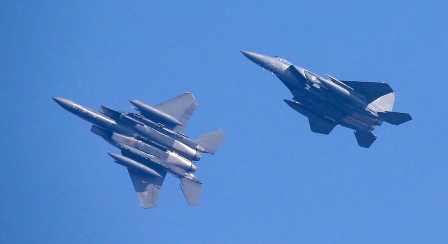 Hændelsen skete ved øgruppen Dokdo, der ligger cirka halvvejs mellem Sydkorea og Japan. Det sydkoreanske luftvåben sendte kampfly i luften, som affyrede varselsskud.