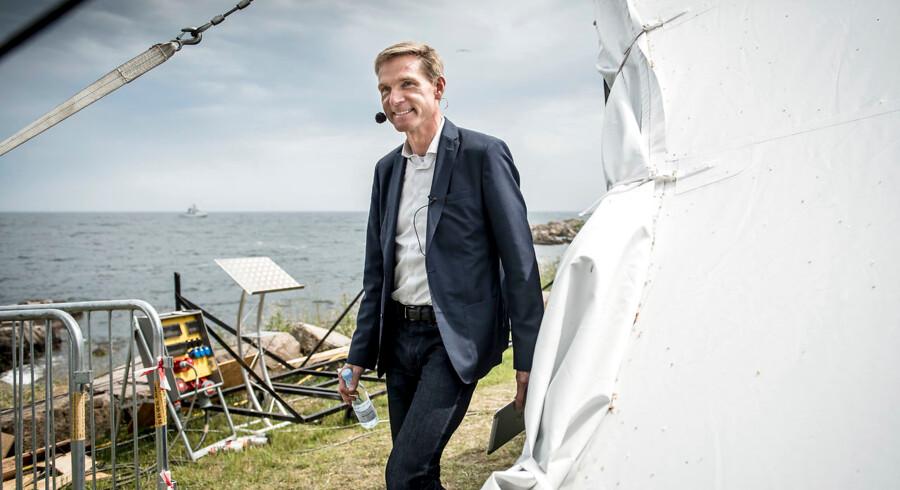 »For os, der kender ham, er det ikke svært at kende forskel på den stædighed og alvor, han arbejder med efter dette valgresultat, og så den glæde, men også stædighed og alvor, han arbejdede med efter sidste valg. Det er bare to forskellige situationer,« siger Søren Søndergaard, pressechef i Dansk Folkeparti, om partiformand Kristian Thulesen Dahl.