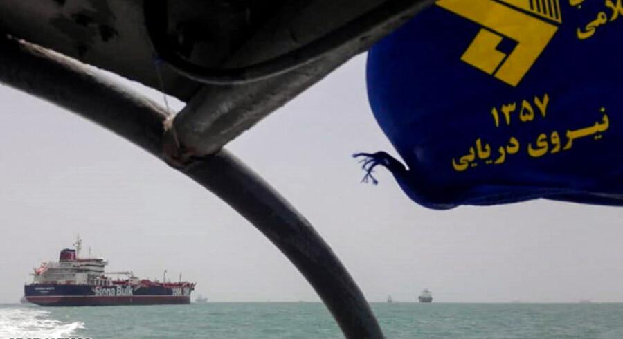En speedbåd fra Irans revolutionsgarde patruljerer 22. juli omkring det opbragte tankskib »Stena Impero«, da det ligger for anker ud for den iranske havneby Bandar Abbas.