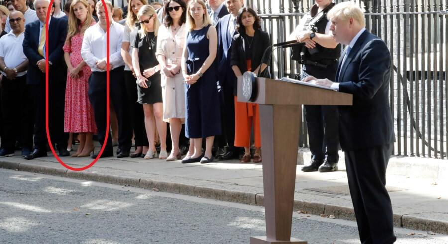 Carrie Symonds har i de første dage holdt sig i baggrunden – og således også onsdag, da hendes kæreste holdt sin tiltrædelsestale foran Downing Street. Her er hun til venstre for talerstolen i en kjole, som straks blev et onlinehit.