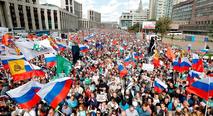 En sjældent forenet opposition trak lørdag mere end 20.000 mennesker på gaden i Moskva, efter at myndigheder havde afvist at lade adskillige politikere registrere sig til byrådsvalget i september. En ny demonstration er planlagt til lørdag den 27. juli.