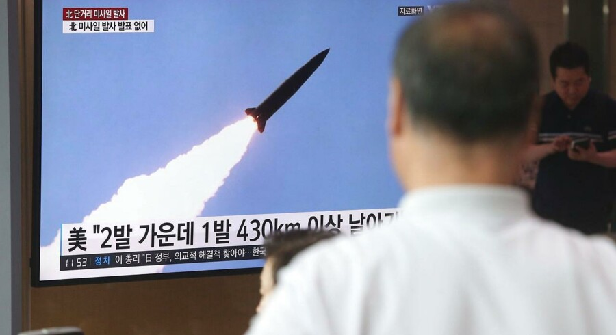 Sydkoreansk TV viste optagelser af de nordkoreanske misilaffyringer onsdag.