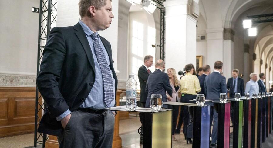 »(...) Da vi forsøgte at fortælle dem om problemerne med systemet, havde jeg den opfattelse, at ministeriet mente, vi forsøgte at gå i vejen for det. Jeg har ikke indtryk af, at ministeriet påtog sig ansvaret for at skabe det bedst mulige og mest sikre system,« siger Carsten Schürmann, ekspert i IT-sikkerhed og hacking, om systemet, der blev udnyttet af både Klaus Riskær Pedersen og Stram Kurs inden folketingsvalget i år.