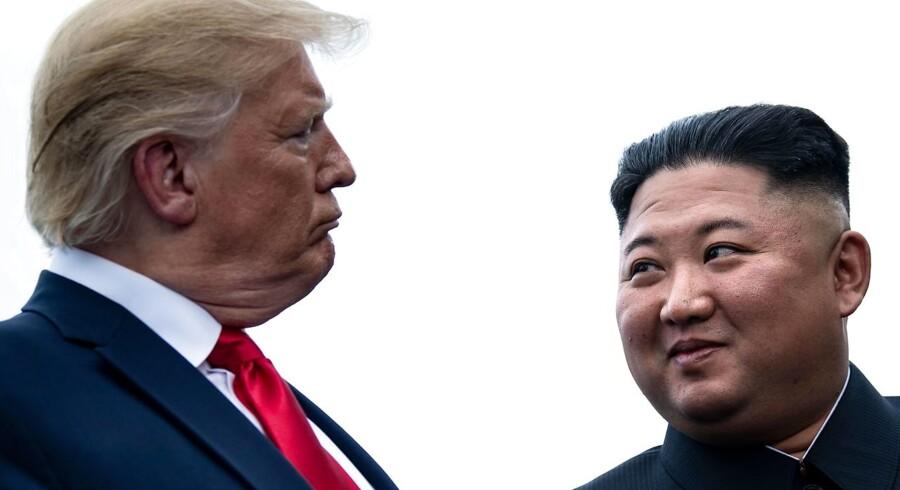 Nordkorea har endnu ikke kommenteret landets seneste affyring af misiler. Foto fra mødet i den demilitariserede zone mellem Nord- og Sydkorea den 30. juni mellem USA's præsident Donald Trump og Nordkoreas leder Kim Jong-un.