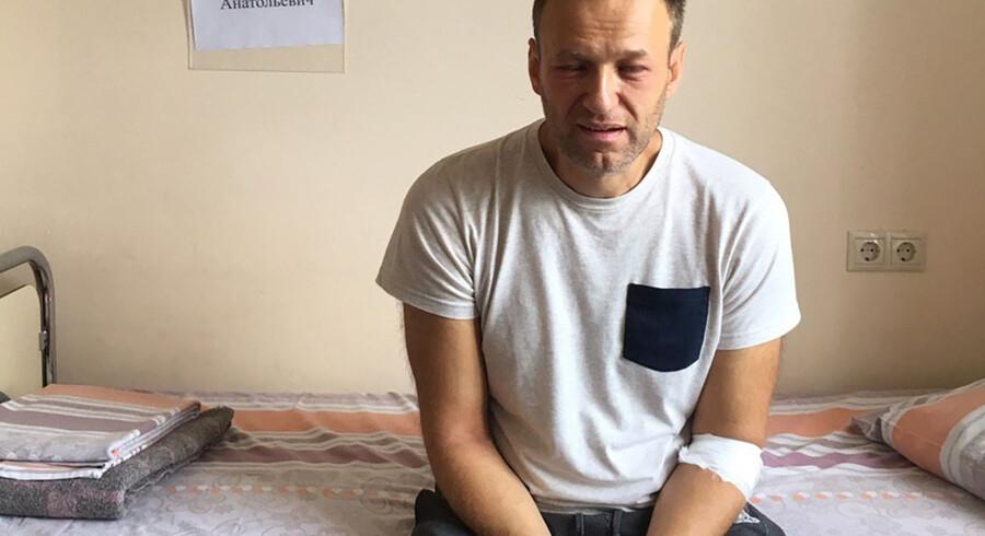 Et billede, som Aleksej Navalnyjs kontor har offentliggjort, viser oppositionslederen sidde på en hospitalsseng. Han var indlagt efter at have haft en form for allergisk reaktion i form af blandt andet hævelser omkring øjnene. Han og hans advokat mistænkte, at det kunne være forgiftning. (Arkivfoto). Handout/Ritzau Scanpix