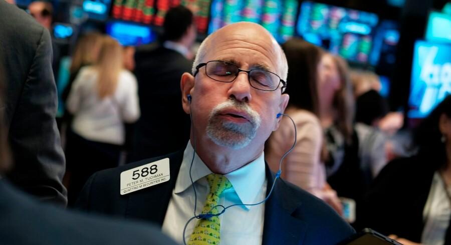 Puha, det var ikke helt, det vi havde håbet på. Billedet viser handelsgulvet på New York Stock Exchange onsdag, da den amerikanske centralbank sænkede renten mindre end håbet. Foto: Spencer Platt/Getty Images/AFP/Ritzau Scanpix