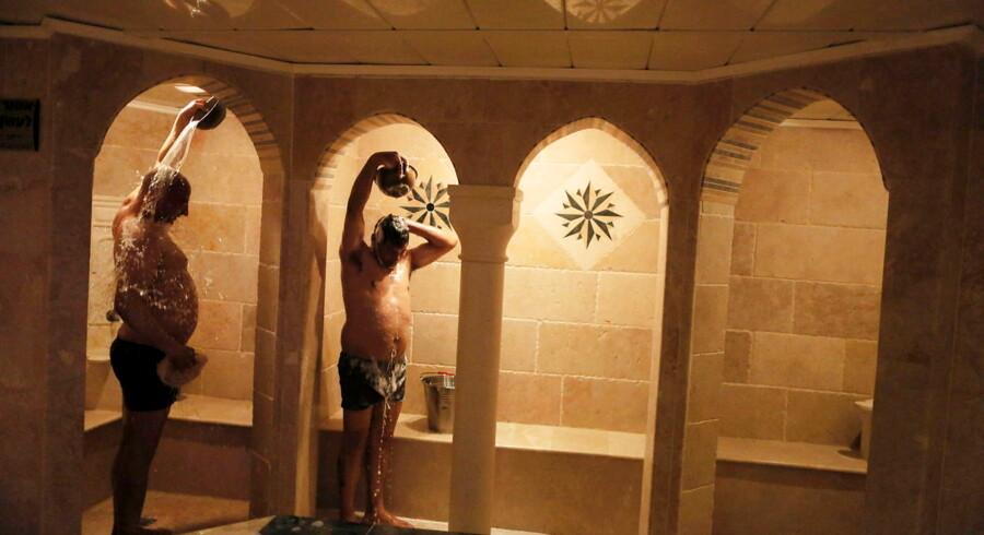 Da det blev almindeligt med varmt vand og badeværelser i hjemmene, blev det nærmest taberagtigt at bruge hamammerne. Men nu er tendensen tilsyneladende vendt. Her bader to israelsk-arabiske mænd i en hamam i Acre.