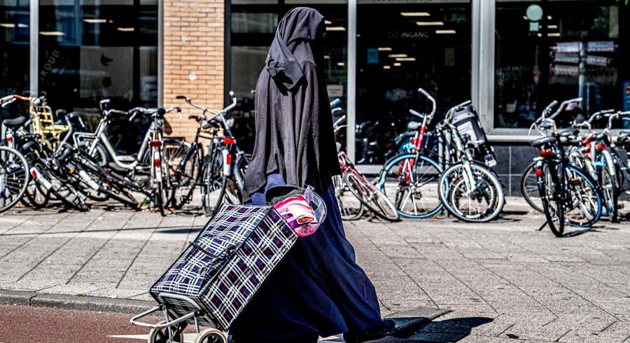Arkivfoto. En niqabklædt kvinde i Rotterdam, 29. juli. Fra og med 1. august er det ulovligt i Holland at gå med niqab og burka.