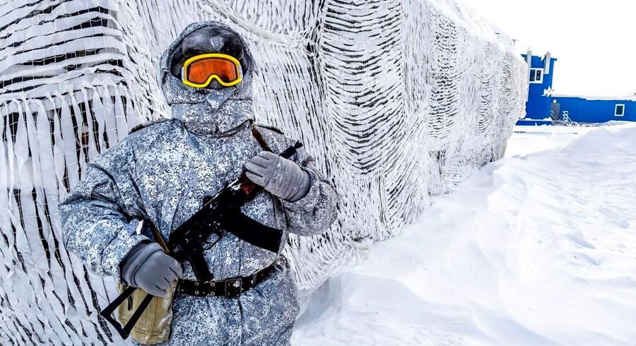 En russisk soldat patruljerer den nordlige russiske base ved Kotelnij øen ved Arktis. Denne base har 250 soldater og tjener som en modelbase for kommende arktiske militære »kaserner«.