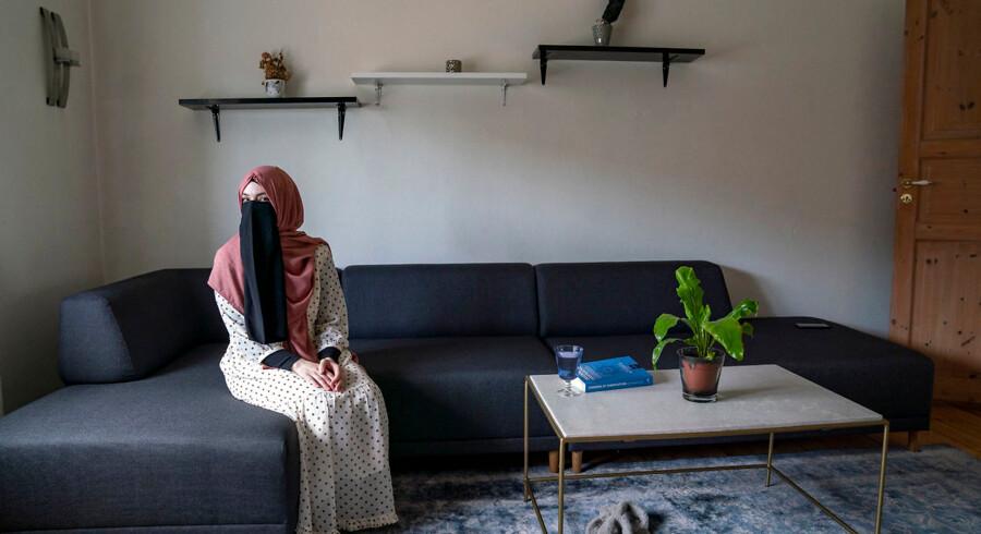 26-årige Fatima i sit hjem i Sydhavn i København. Hun bærer niqab trods tildækningsforbuddet, der trådte i kraft sidste år. Hun holder sig dog helst hjemme, da hun risikerer en bøde, hvis hun ses med niqab i offentligheden.