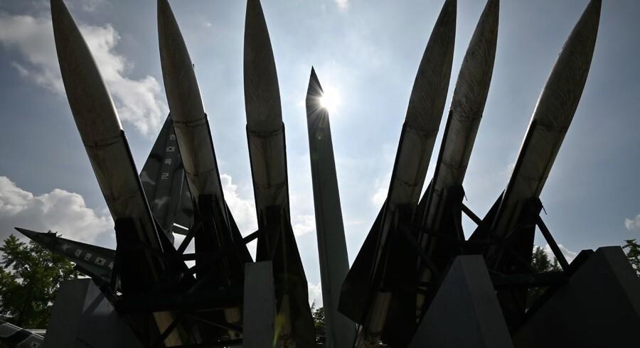Ved mindesmærket for Korea-krigen i sydkoreanske Seoul er opstillet denne kopi af et norkoreansk Scud-B-missil (i midten) og sydkoreanske Hawk jord-til-luft-missiler.