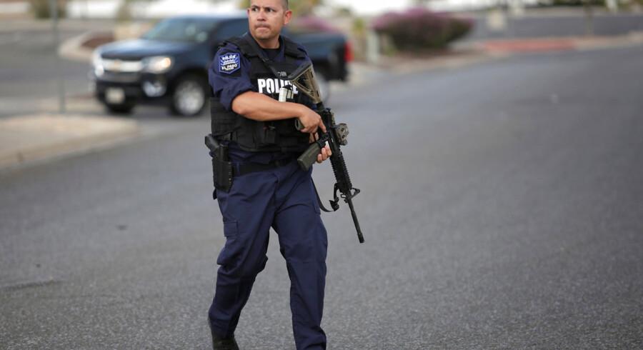 En politibetjent i El Paso i Texas nær gerningstedet, hvor 20 personer blev dræbt af en 21-årig formodet gerningsmand.