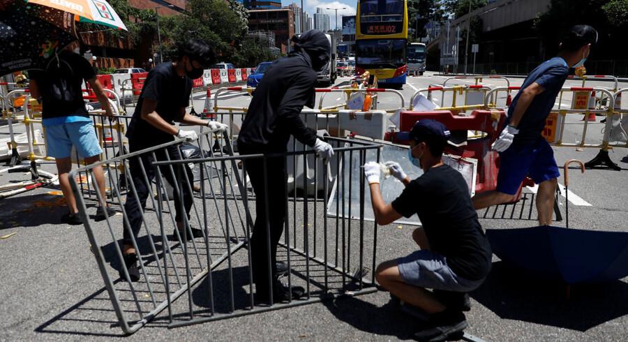Demonstranter blokerer vejen ved Cross-Harbour Tunnel i Hongkong.