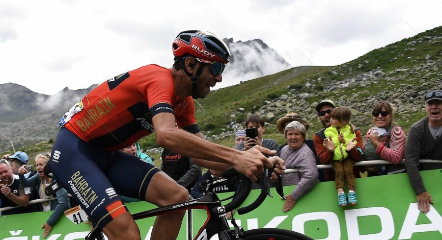 Fans cheer Italy's Vincenzo Nibali as he leads the race before the finish line of the twentieth stage of the 106th edition of the Tour de France cycling race between Albertville and Val Thorens, in Val Thorens, on July 27, 2019. (Photo by JEFF PACHOUD / AFP)
