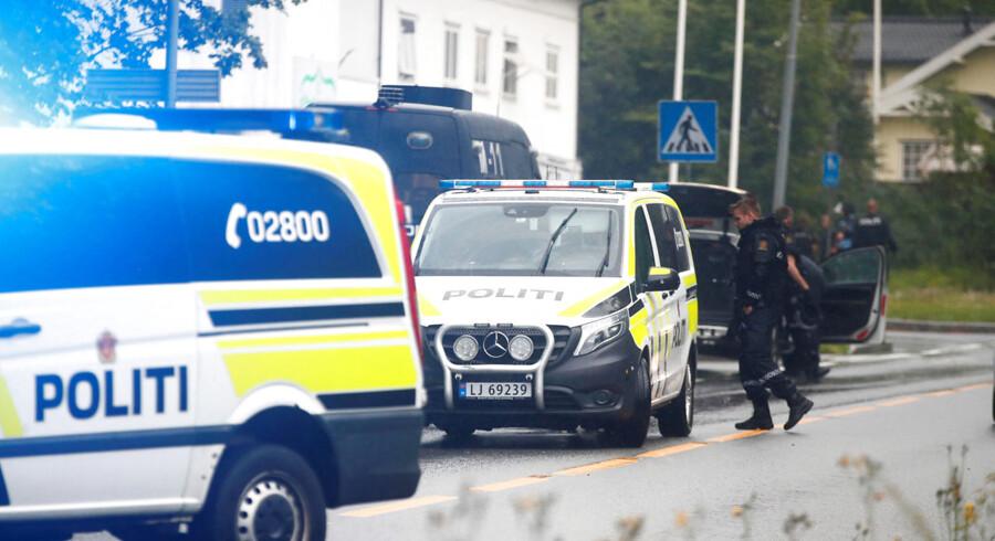 Igår mødte norsk politi massivt op foran al-Noor moskéen i Bærum i Norge, hvor en ung mand, væbnet med adskillige våben, skød og sårede en af gæsterne i moskéen, før han blev overmandet. NTB Scanpix/Terje Pedersen/Reuters