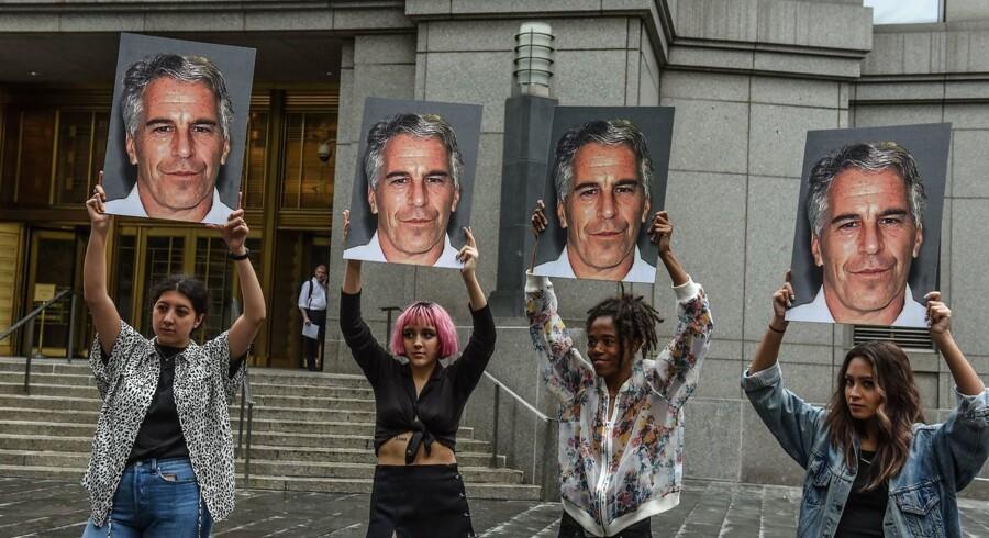 Demonstranter med billeder af den nu afdøde rigmand Jeffrey Epstein foran retten i New York.