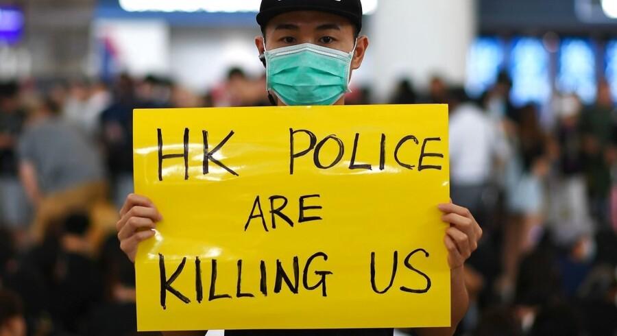 Tusinder af demonstranter har de seneste dage været samlet i Hongkongs internationale lufthavn for at protestere mod politivold. Mandag var der så mange demonstranter, at lufthavnen måtte aflyse alle fly. Foto: Ritzau/Scanpix/AFP/Manan Vatsyayana
