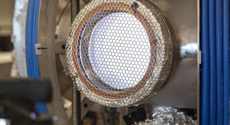 Bag vinduet på denne forunderlige maskine på DTU i Lyngby svæver en minisol – en glødende plasmakugle, der er flere millioner grader varm. Dermed kan DTU give et lille bidrag til at gøre fusionskraft til en hjørnesten i fremtidens energiforsyning.