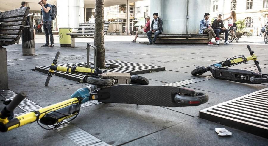 Elløbehjul bliver ifølge S-gruppeformand i Københavns Kommune, Lars Weiss »efterladt alle mulige og umulige steder« i det københavnske byrum. Her på Nørreport Station.
