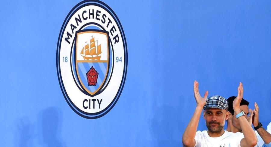 Den engelske fodboldklub Manchester City er et af adskillige eksempler på, hvordan vestlige fodboldklubber i de senere åre er blevet købt af rigmænd fra Mellemsøsten. Her ses klubbens træner, Pep Guardiola, da klubben i forsommeren vandt det engelske mesterskab.