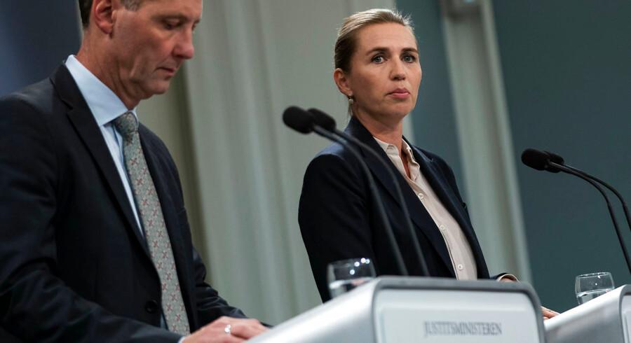 Statsminister Mette Frederiksen møder ikke opbakning fra to af sine støttepartier, efter at hun på et pressemøde udtaler, at Danmark skal have styrket grænsen mod Sverige.