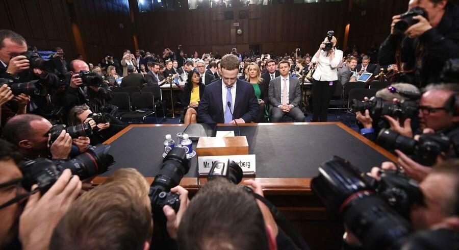 Facebooks topchef og storejer, Mark Zuckerberg (midt i billedet), vidnede i april 2018 foran det amerikanske senat. Her benægtede han, at den børsnoterede virksomhed behandlede de lydoptagelser, som Facebooks talegenkendelsessoftware indsamler. Nu siger Facebook officielt det modsatte.