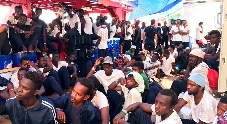 I mere end en uge har 356 migranter opholdt sig ombord på Ocean Viking, det norsk-ejede redningsskib, som opereres af den franske redningsorganisation SOS Meditarrenee og Læger Uden Grænser.