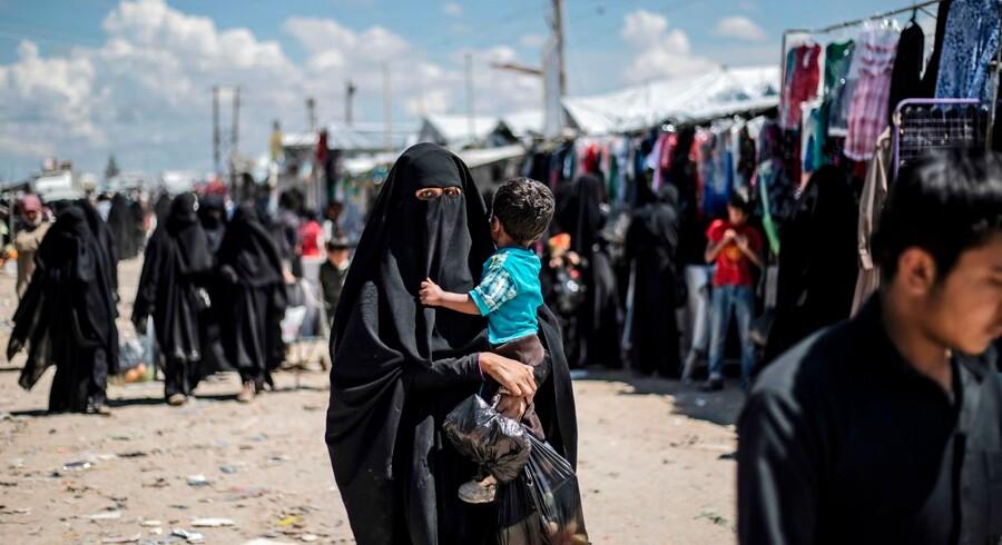 »Flertallet af de vestlige lande tøver med at hjemtage deres statsborgere fra al-Hol-lejren. Men ved at børnene forbliver i lejren, går de glip af en antiradikaliserings-undervisning, som de kunne have fået heroppe,« skriver Deniz Serinci om al-Hol-lejren, der huser over 70.000 mennesker, heriblandt flere danske kvinder og børn. Foto: Delil Souleiman
