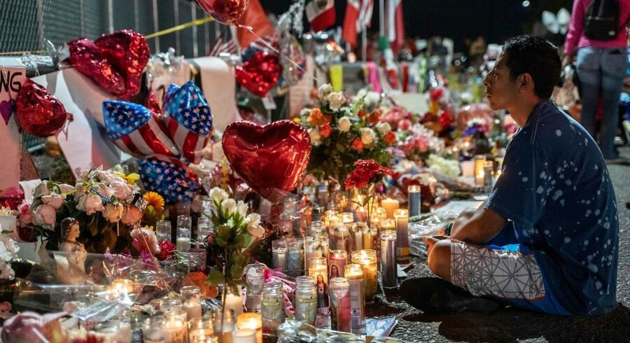 »Skulle man skride ind over for alle ytringer, som kunne tolkes som ekstremistiske, ville ytringsfriheden blive til magthavernes kastebold,« skriver Jacob Mchangama. På billedet, en lokal borger, der sørger over ofrene for skyderiet i El Paso, Texas, 3. august, 2019, hvor 22 personer blev dræbt.