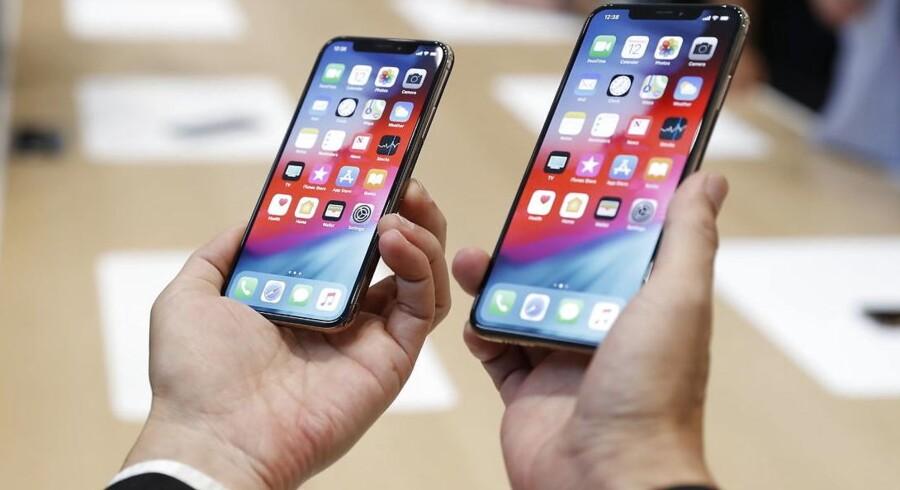 Det er snart et år siden, at Apple lancerede iPhone XS og XS Max. Om mindre end en måned kommer de nye iPhone 11-telefoner, som ventes at se ligesådan ud i designet. iPhone-salget er på et år gået over 18 procent tilbage. Arkivfoto: Stephen Lam, Reuters/Ritzau Scanpix