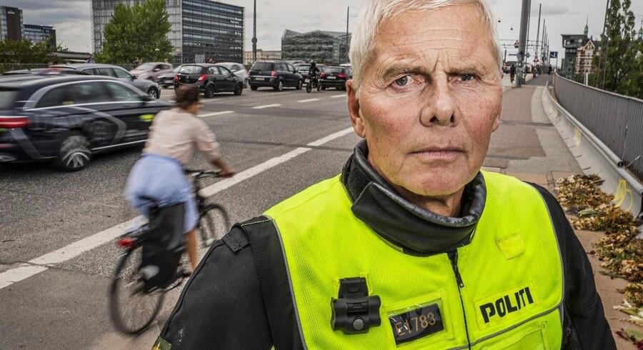 Henrik Schmeisser, politiassistent ved Københavns Færdselspoliti gennem 35 år, mener ikke, at politiet har de rette værktøjer til at kunne stoppe vanvidsbilister i store muskelbiler. Her er han på Langebro, hvor en af hans kolleger mistede livet natten til 23. juli.