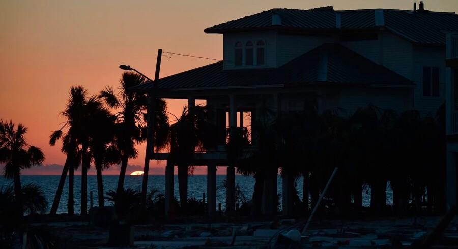 »Florida« er en bog om naturens voldsomme kræfter og i den henseende også om klimaforandringernes frygtede konsekvenser, og det er en bog om menneskelig overlevelse i en omskiftelig verden, hvor relationerne mellem folk alligevel er urgamle, skriver Merete Reinholdt. Her et hus ved Mexico Beach, Florida, ødelagt af orkanen Michael i 2018.