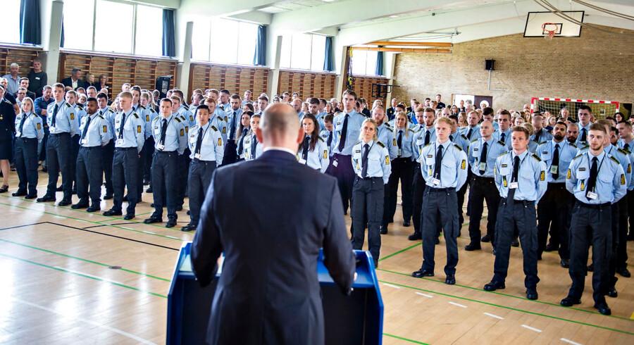 Justitsminister Søren Pape Poulsen ses her med nye kadetter og betjente ved dimissionen på Ryes Kaserne i Fredericia. Foto: Henning Bagger/Ritzau Scanpix
