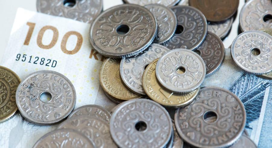 Danskernes opsparing bliver udhulet af negative renter, så derfor anbefaler Torben Möger Pedersen fra PensionDanmark, at alle under 55 holder sig væk fra obligationer.