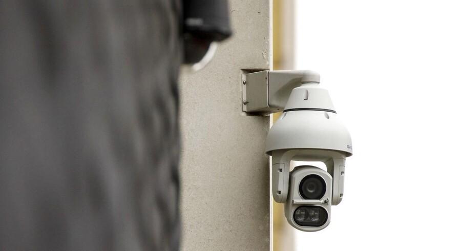 Overvågningen af folk i det offentlige rum griber om sig, og det samme gør brugen af ansigtsgenkendelse til at følge folk på optagelserne. Det vil EU-Kommissionen nu sætte en stopper for. Arkivfoto: Tolga Akmen, AFP/Ritzau Scanpix