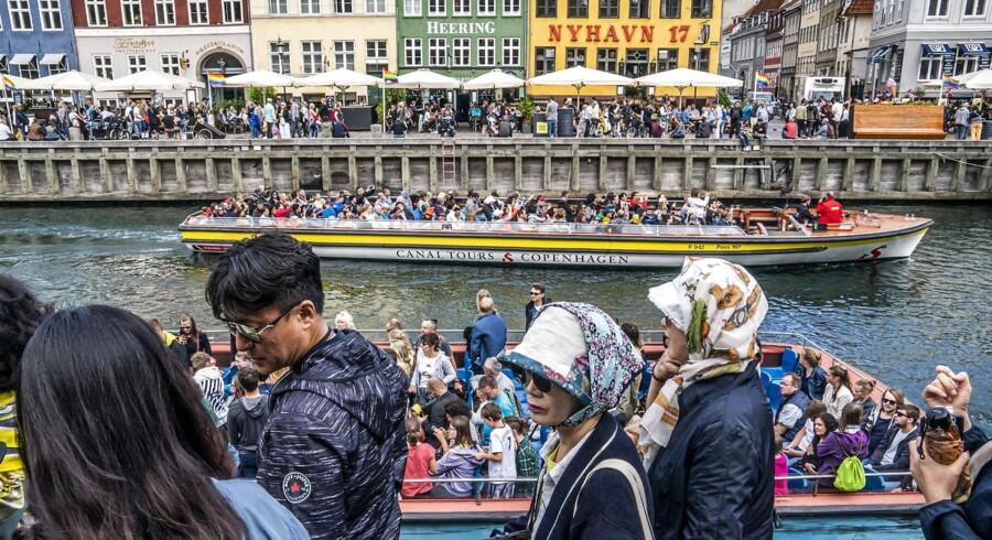 Cecilia Lonning-Skovgaard skriver om turistproblemet i København: »Men hvordan vil SF fordele kulturinstitutioner over hele byen? Skal Nationalmuseet til Vanløse og Nyhavn til Sydhavnen? Og hvordan vil SF sikre, at nye hoteller, der tvinges til at ligge langt fra attraktioner og lufthavn, er rentable? Lad os i stedet for regulering og begrænsninger tænke i muligheder og vækst.« Kinesiske turister i Nyhavn, København.
