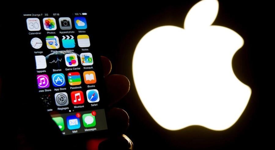 Det er iPhone-salget, der sikrer Apple størstedelen af sine indtægter. Men salget fortsætter med at falde, og iPhonen bliver ved med at være centrum for resten af Apple-imperiets aktiviteter. Arkivfoto: Philippe Huguen, AFP/Ritzau Scanpix