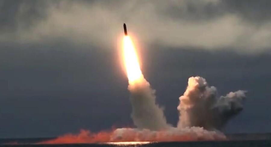 Et interkontinentalt missil bliver affyret fra den russiske atomubåd »Yuri Dolgoruky« i Barentshavet.