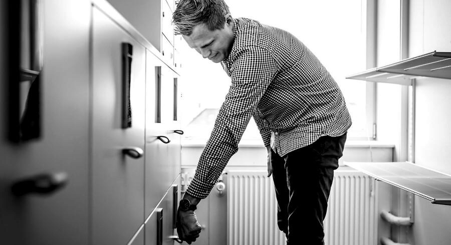 Marc Göranson-Svare, der også er medarbejder hos rejsebureauet TUI, åbner sin private skuffe med chippen.