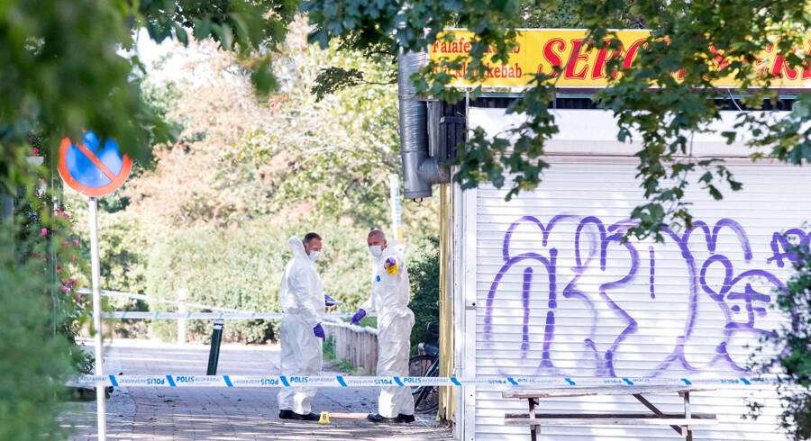 Politiets kriminalteknikere befinder sig på gerningstedet mandag eftermiddag.
