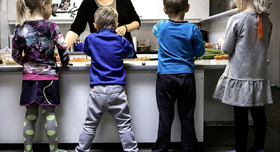 »Tænk, hvis man ganske enkelt lukkede børnehaver og vuggestuer eller fyrede lederen, hvis ikke forældrene var tilfredse,« skriver Bent Winther